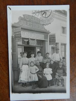 Vers 1910, magasin des Cycles Thenet à Simandre
