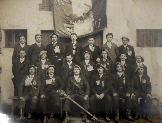 30 jeunes hommes posent devant la grange du lion d'or