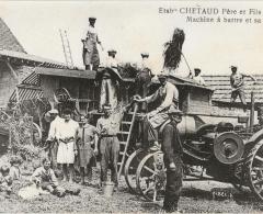 Machine à battre et sa presse. Une dizaine d'hommes , quelques femmes devant la machine dans une cour de ferme.